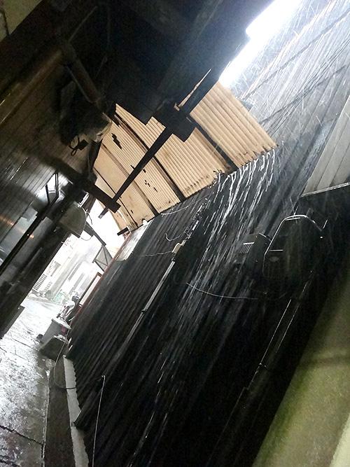 土砂降り路地
